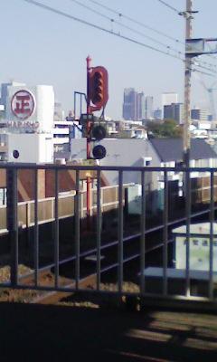 灯火の周りの枠および支柱が茶色に塗ってある信号機