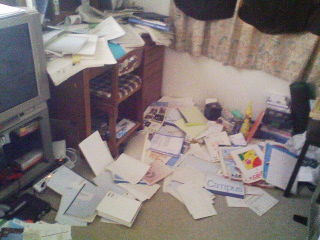 地震の後、机に載っていた本やノートブックが落ちて散乱した